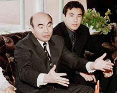 Впрочем, Гога никогда не мелочилась…Первым её мужем стал Айдар Акаев - сын бывшего президента Киргизии Аскара Акаева. Они поженились в 1998 году, когда девушке только-только исполнилось 18. В Киргизстане этот кратковременный брак сына президента не афишировался, более того – факт женитьбы на Гоге Беркалиевой скрывался. Зато пресса широко освещала его второй брак с младшей дочерью президента Казахстана Назарбаева Алией.